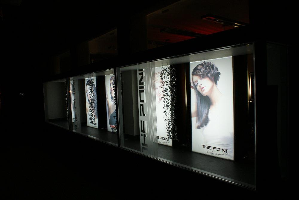 Plakaty zewnętrzne przed salonem fryzjerskim